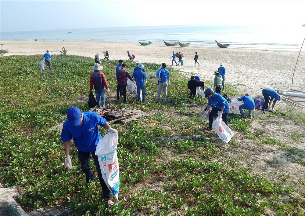 Đoàn viên thanh niên thành phố tham gia dọn vệ sinh tại biển Tam Thanh. Ảnh: VÕ LY