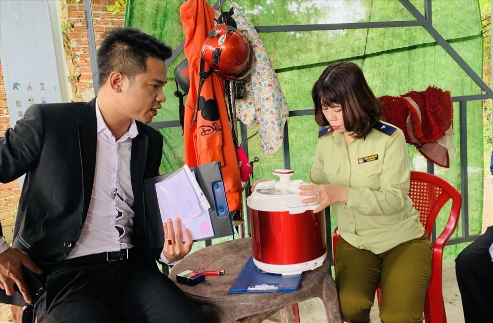 Công ty Đông Á bị lập biên bản và tạm ngưng hoạt động tại Phú Ninh vì không đảm bảo tính pháp lý của sự kiện và nguồn gốc sản phẩm. Ảnh: PHAN VINH