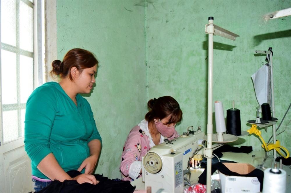 Chị Hồ Thị Thúy Hằng (trái) hướng dẫn, giúp đỡ những bạn trẻ trong học nghề và tạo việc làm - Ảnh: THÁI CƯỜNG