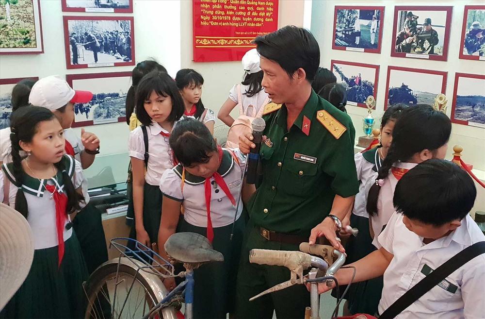 Hội Cựu chiến binh phối hợp với Thành đoàn Tam Kỳ tổ chức cho học sinh thăm quan Nhà truyền thống lực lượng vũ trang tỉnh. Ảnh: VÕ LY