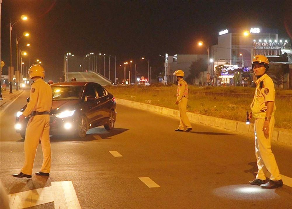 Đội Cảnh sát giao thông - trật tự Công an TP.Tam Kỳ ra quân kiểm tra nồng độ cồn của người điều khiển phương tiện giao thông. Ảnh: PHAN VINH