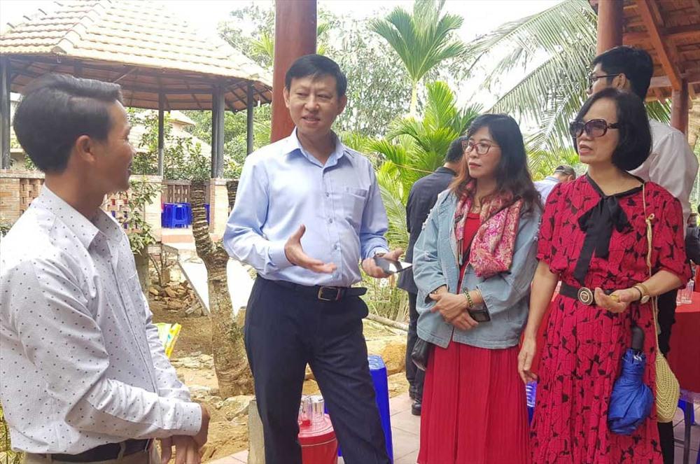 Doanh nghiệp du lịch tìm hiểu về điều kiện phát triển du lịch tại làng cổ Lộc Yên. Ảnh: D.L