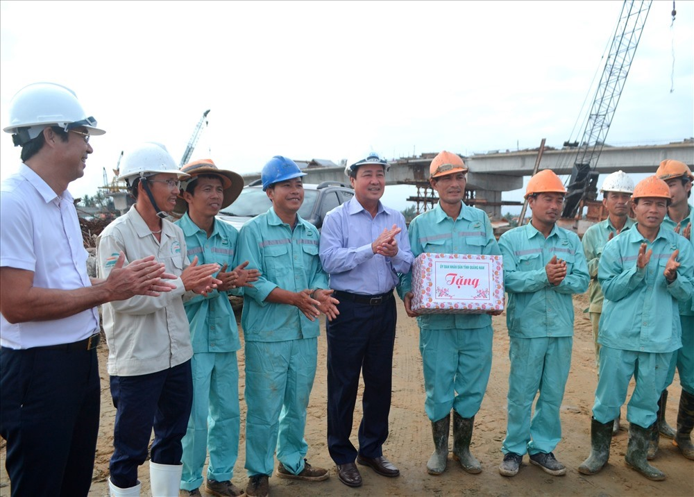 Tặng quà động viên công nhân nhà thầu Đạt Phương.