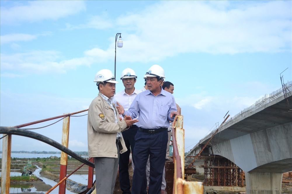 Phó Chủ tịch UBND tỉnh Huỳnh Khánh Toàn kiểm tra hạng mục thi công cầu Tam Tiến.