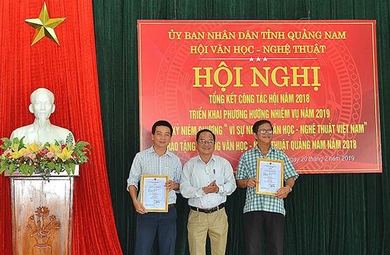 Trao tặng thưởng Văn học nghệ thuật Quảng Nam năm 2018 cho các tác giả đạt giải. Ảnh: N.Đ