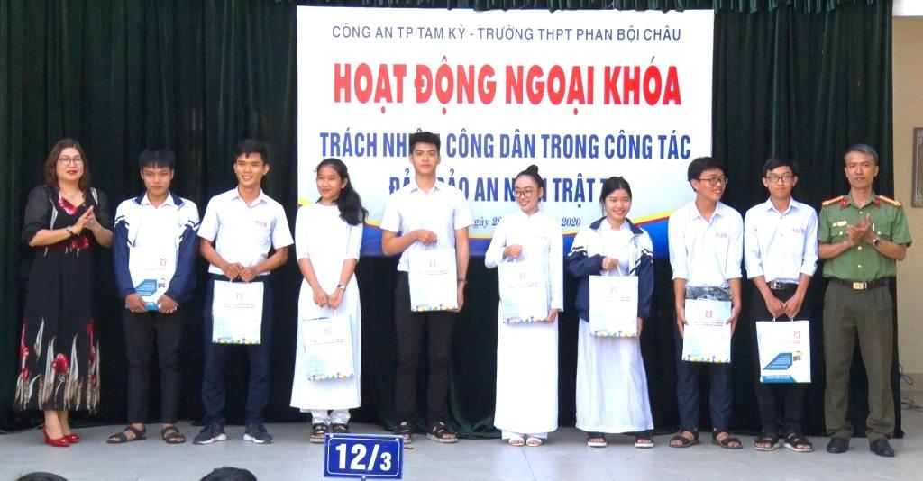 Ban tổ chức trao quà cho học sinh khó khăn.