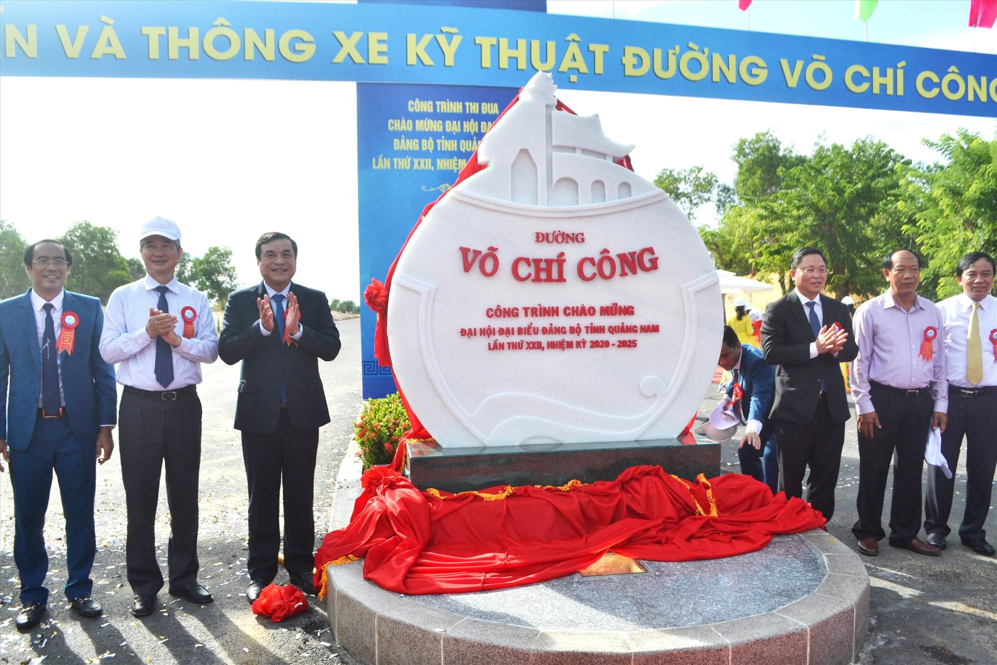 Thực hiện nghi thức gắn biển công nhận công trình thi đua chào mừng Đại hội đại biểu Đảng bộ tỉnh lần thứ XXII. Ảnh: CT