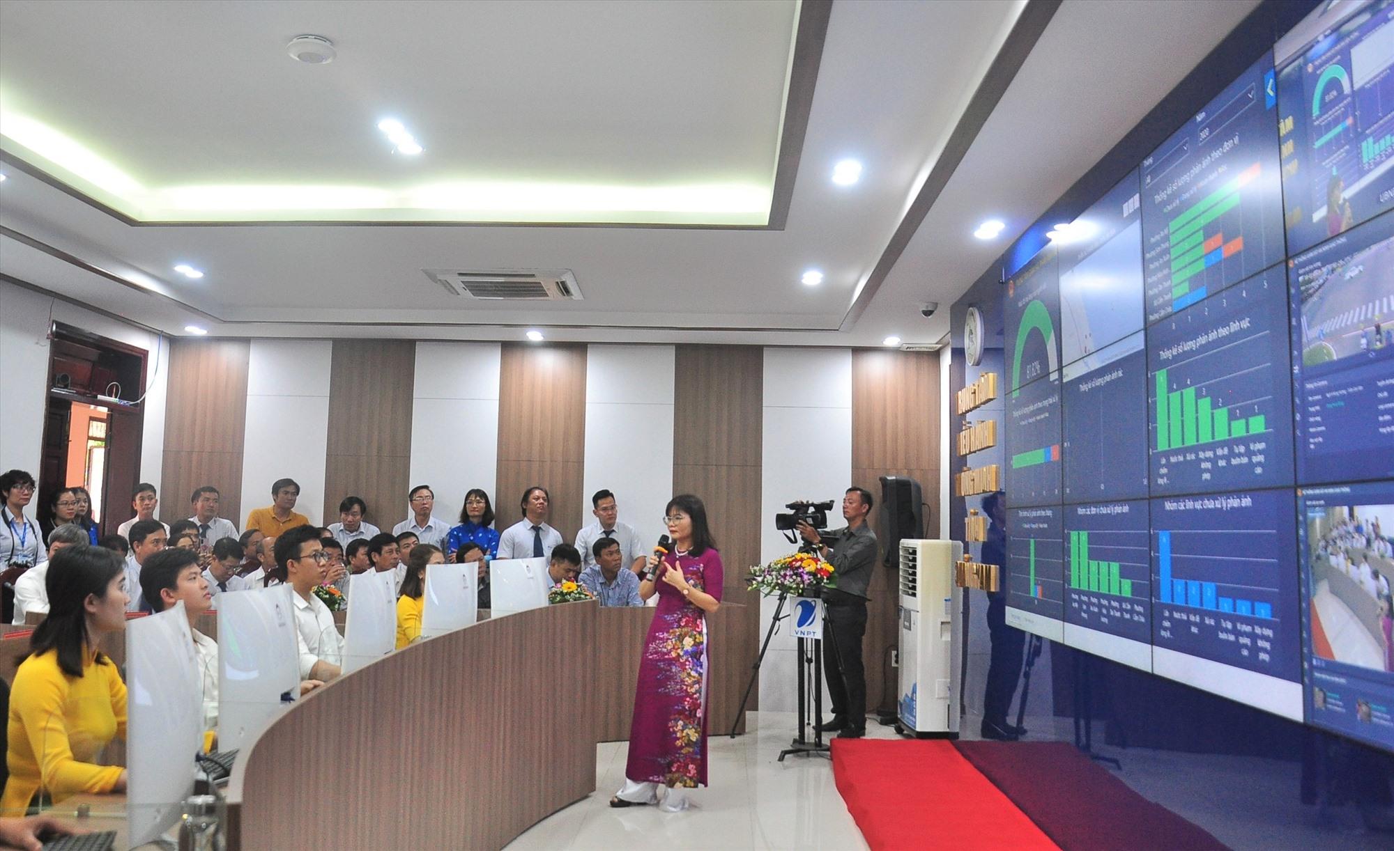 Bà Phạm Thị Ngọc Quyên - Phó giám đốc Sở TT-TT giới thiệu về hệ thống IOC Quảng Nam. Ảnh: VINH ANH