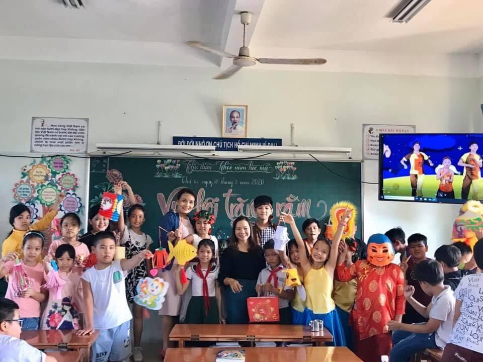 Học sinh Trường Tiểu học Kim Đồng vui Trung thu tại lớp. Ảnh: C.N
