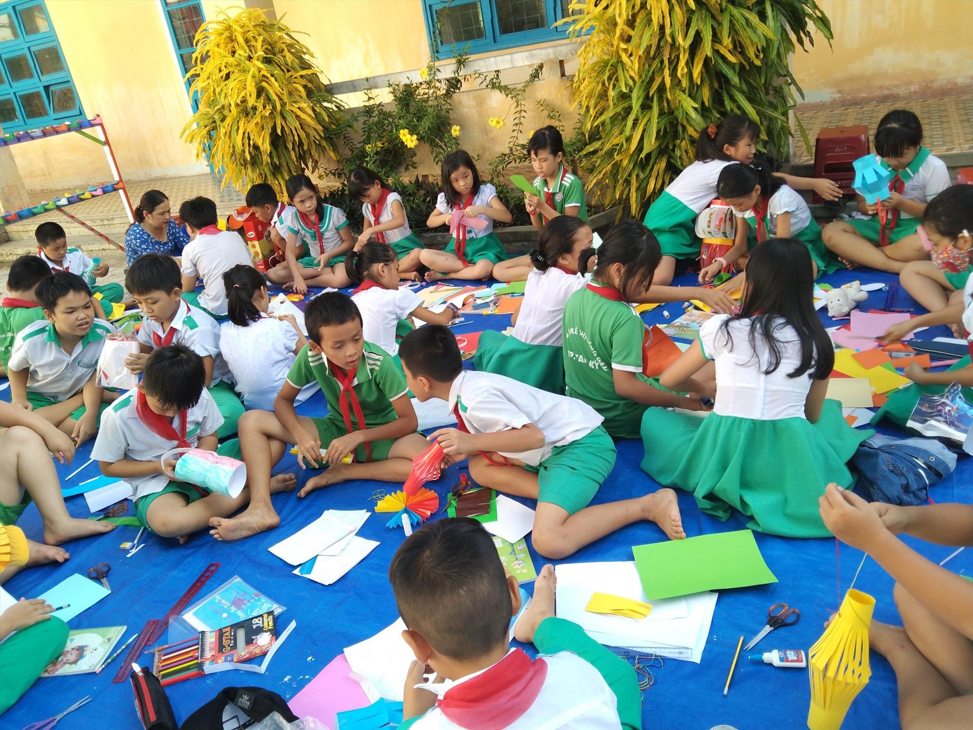 Học sinh Trường Tiểu học Lê Thị Hồng Gấm (Tam Kỳ) trải nghiệm làm lồng đèn. Ảnh: C.N
