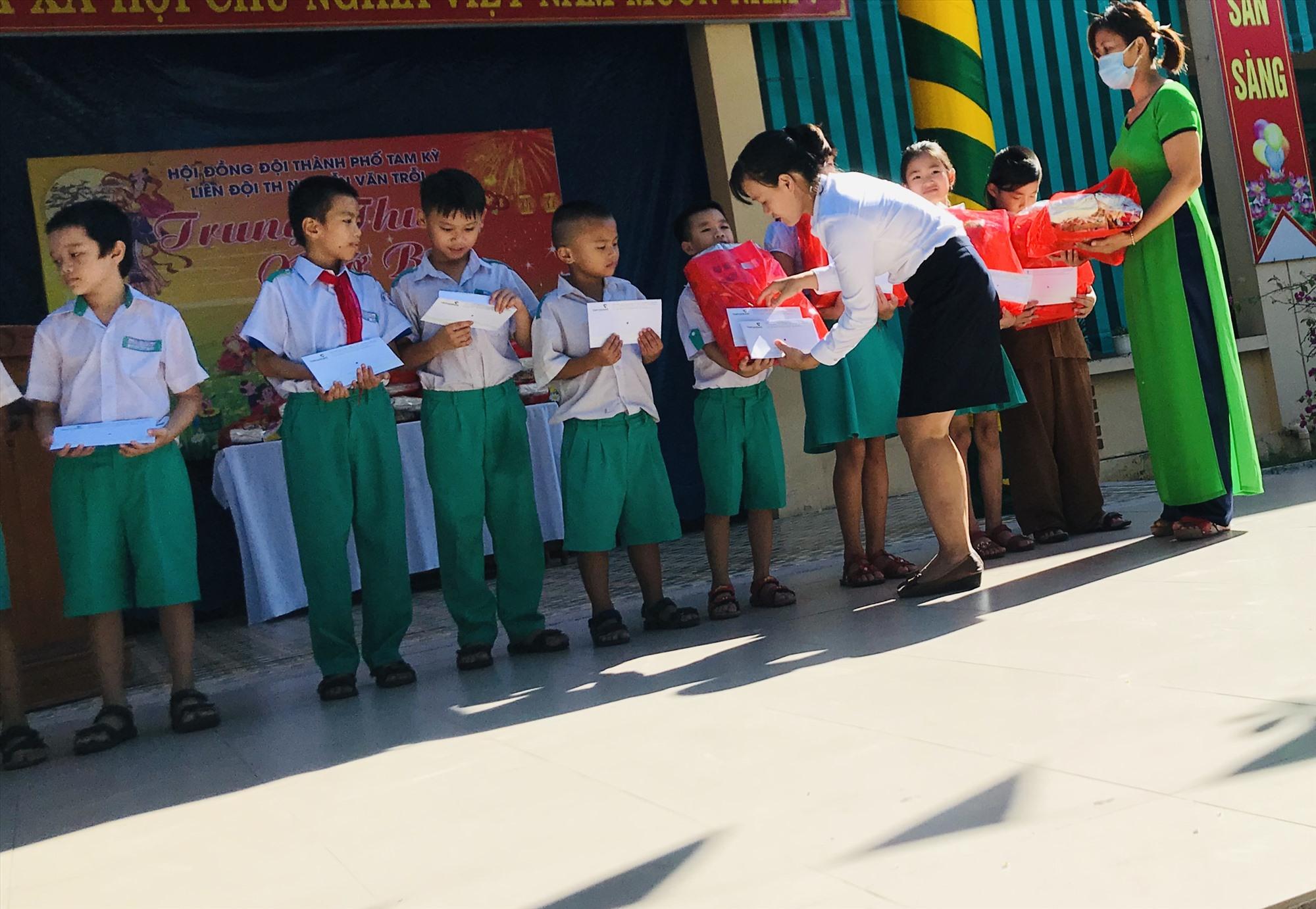 Trao quà cho học sinh khó khăn là hoạt động nhân ái dịp Tết Trung thu. Ảnh: C.N