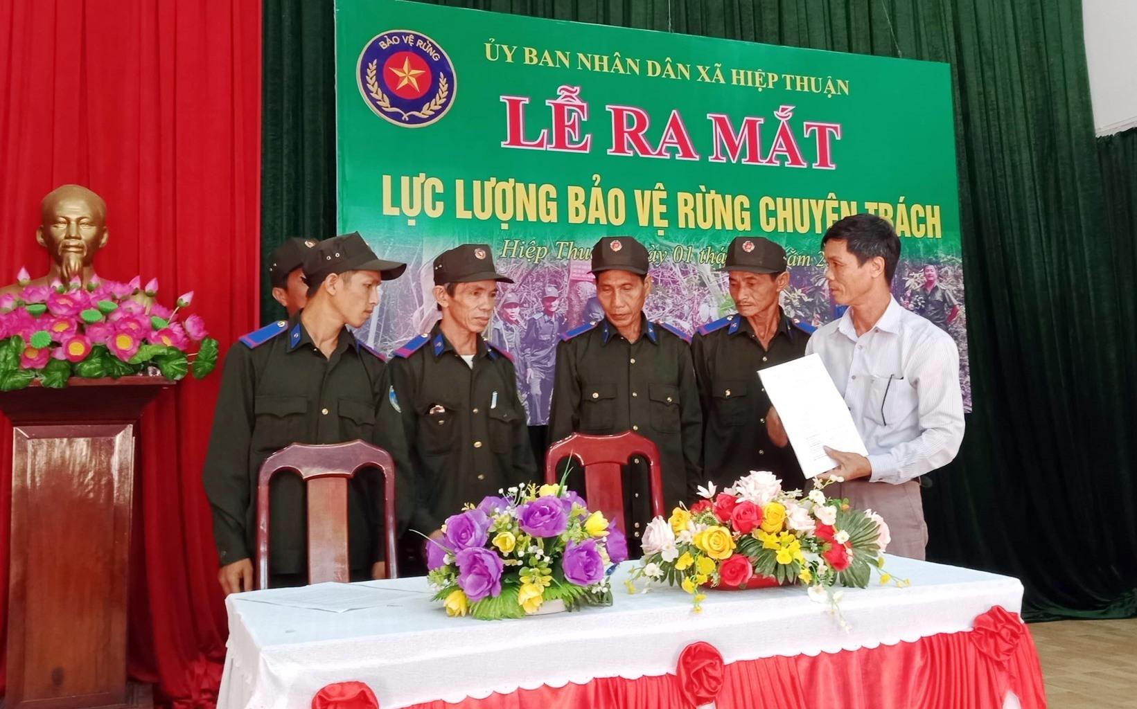 UBND xã Hiệp Thuận (Hiệp Đức) ra mắt lực lượng bảo vệ rừng chuyên trách.