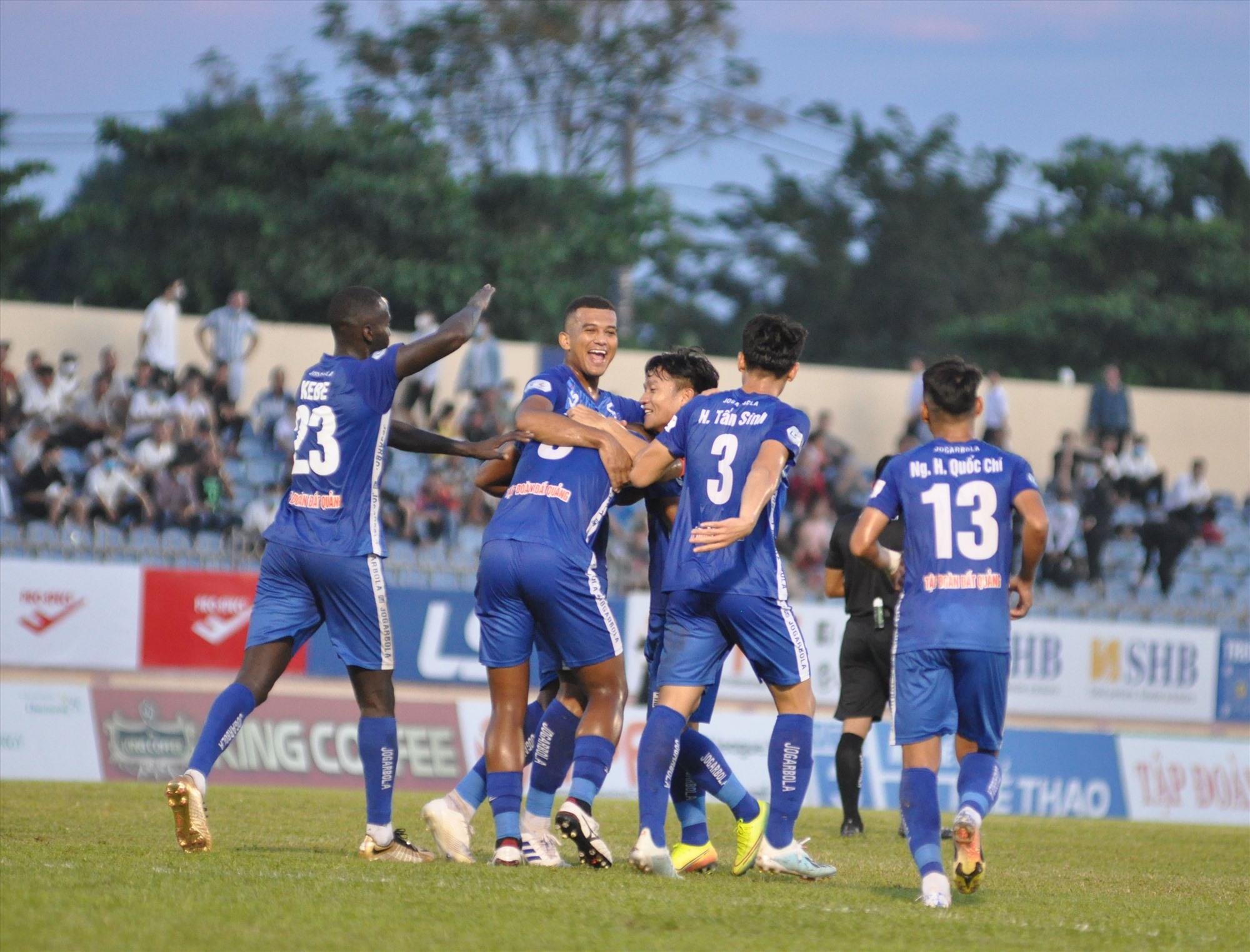 Niềm vui của các cầu thủ Quảng Nam trong trận hòa 2-2 với Hà Nội. Ảnh: A.N