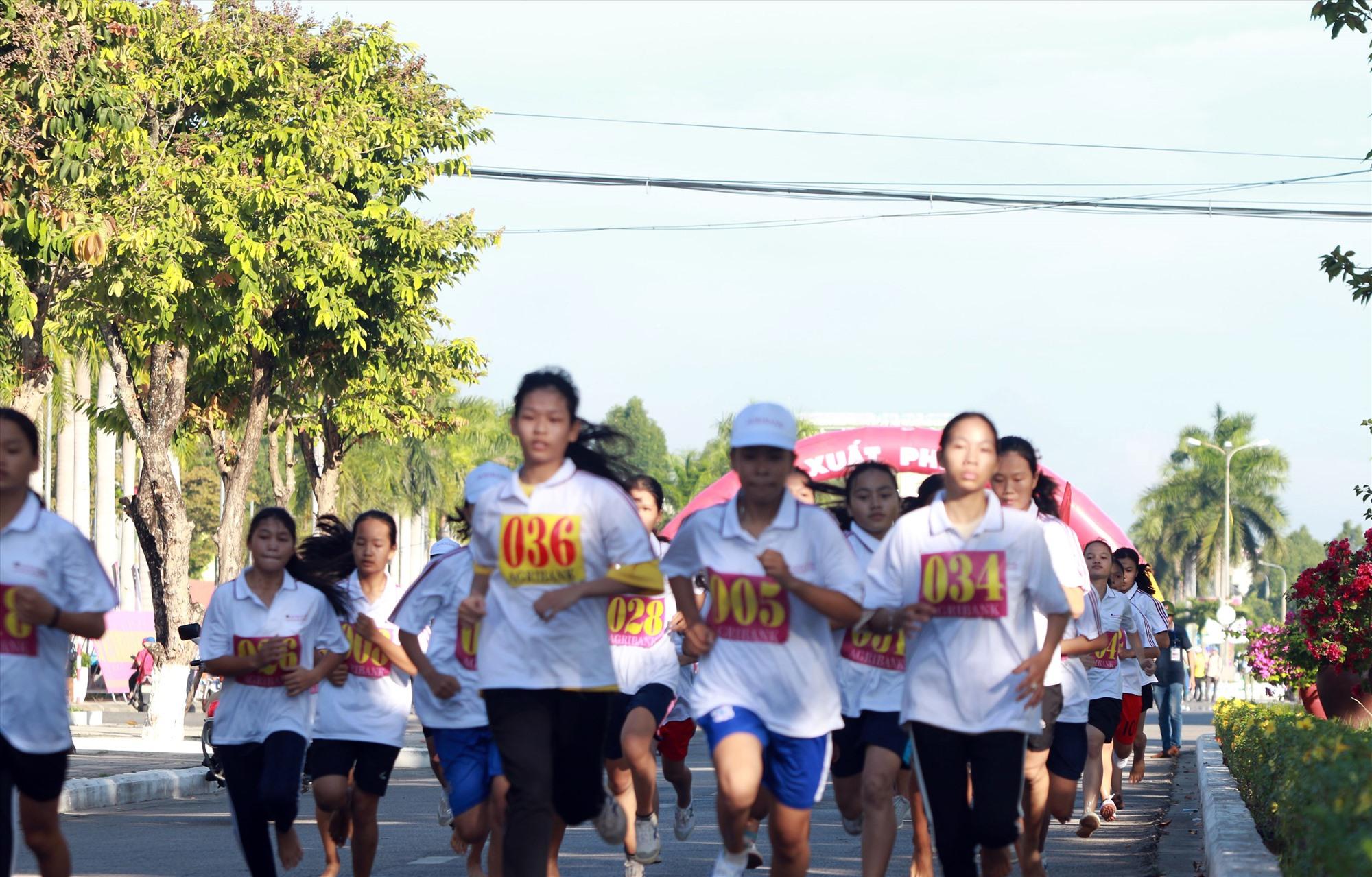 Các VĐV Điện Bàn, Duy Xuyên đeo bám nhau quyết liệt trên đường đua mở đầu.