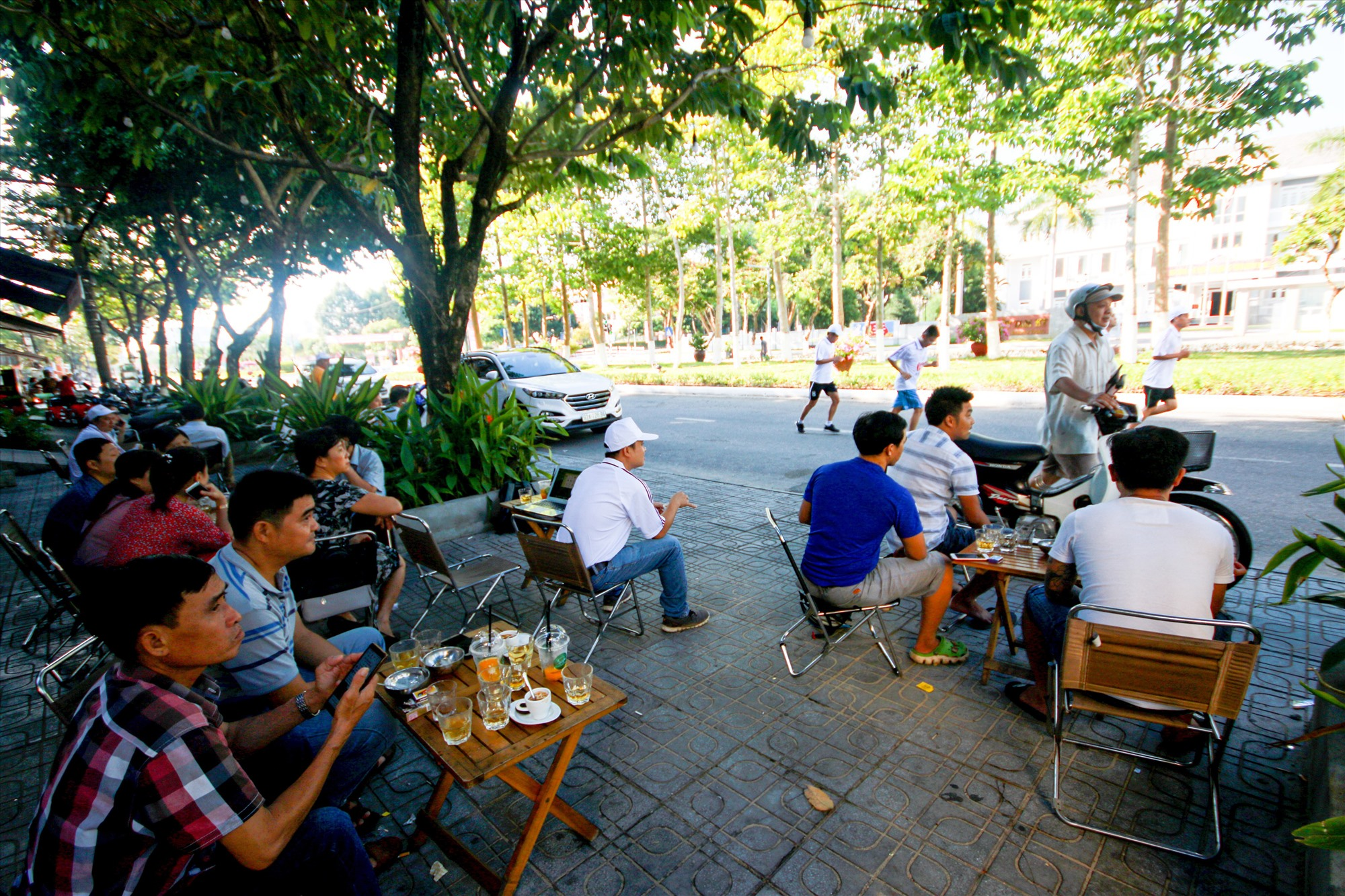 Khán giả theo dõi từ đường Hùng Vương, TP.Tam Kỳ.