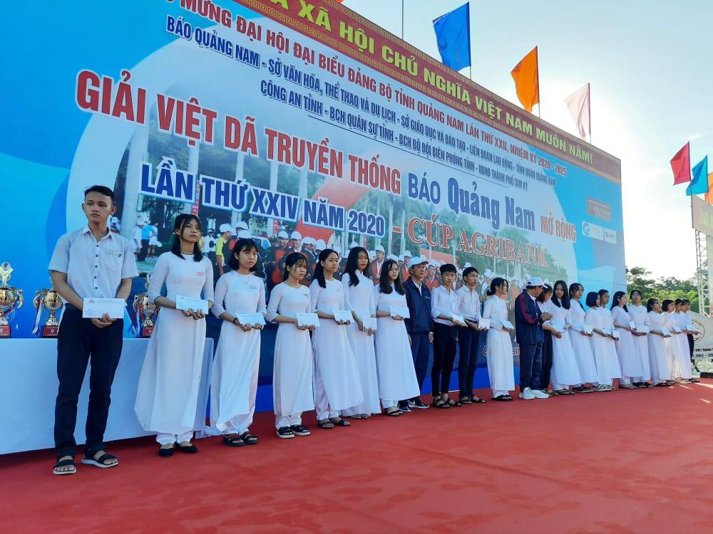 Ông Lê Văn Nhi - Tổng Biên tập Báo Quảng Nam và ông Lê Đức Quang - Phó Giám đốc Ngân hàng Agribank Quảng Nam trao 20 suất học bổng cho học sinh nghèo, học giỏi trường PTTH Chuyên Ngyễn Bỉnh Khiêm.