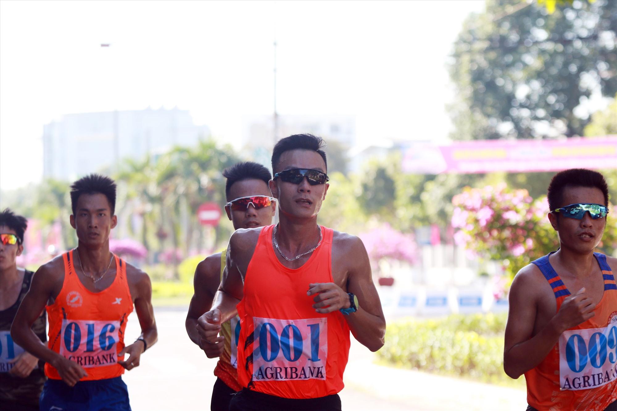 Các vận động viên chuyên nghiệp cự li 10.000m bám đuổi nhau rất sát trên đường chạy.