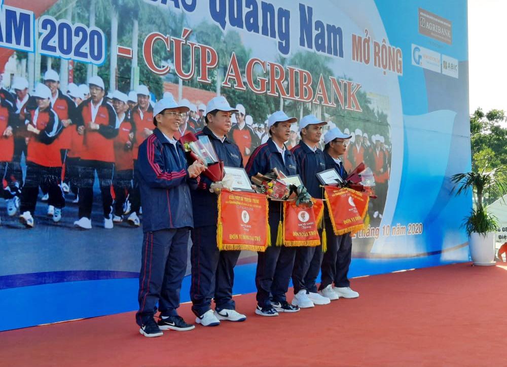 Ban Tổ chức giải trao quà cho nhà tài trợ Agribank chi nhánh Quảng Nam, Kính nổi Chu Lai và Công ty CP bảo hiểm Ngân hàng Nông nghiệp - Chi nhánh Đà Nẵng.