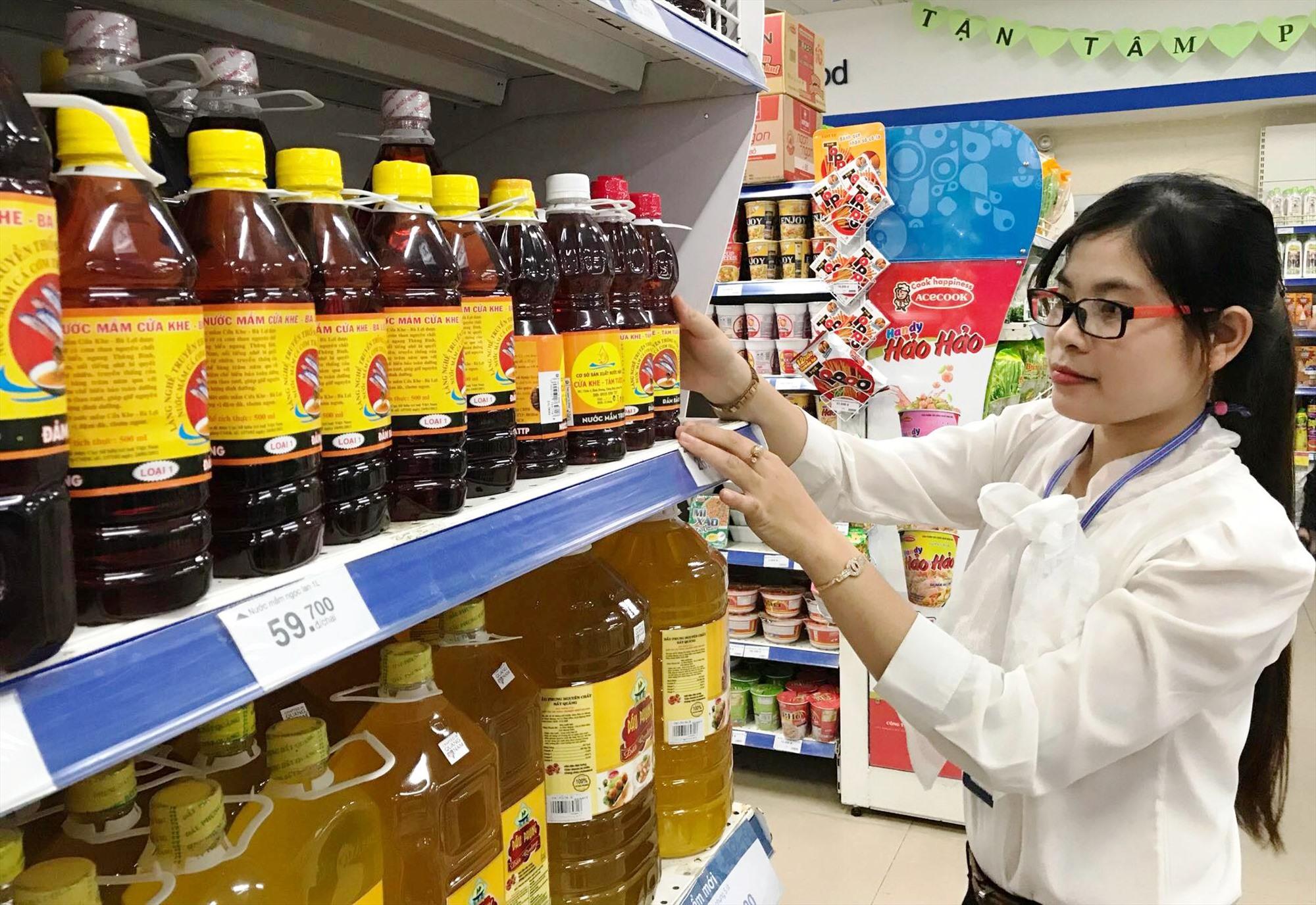 Nước mắm Cửa Khe bày bán tại các siêu thị. Đây là chuỗi sản phẩm sạch trong 5 chuỗi được đánh giá phát triển ổn định.
