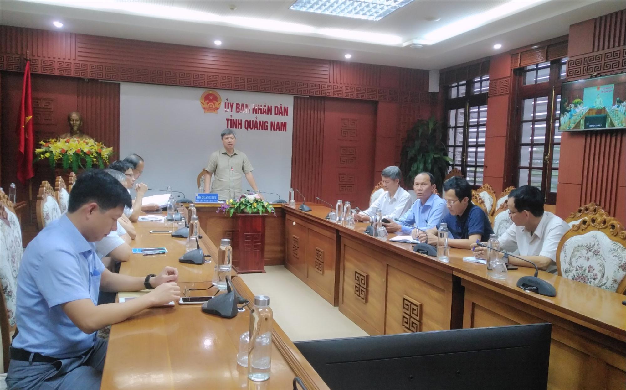 Phó Chủ tịch UBND tỉnh Hồ Quang Bửu chủ trì cuộc họp trực tuyến với các địa phương về ứng phó với mưa lũ. Ảnh: M.L