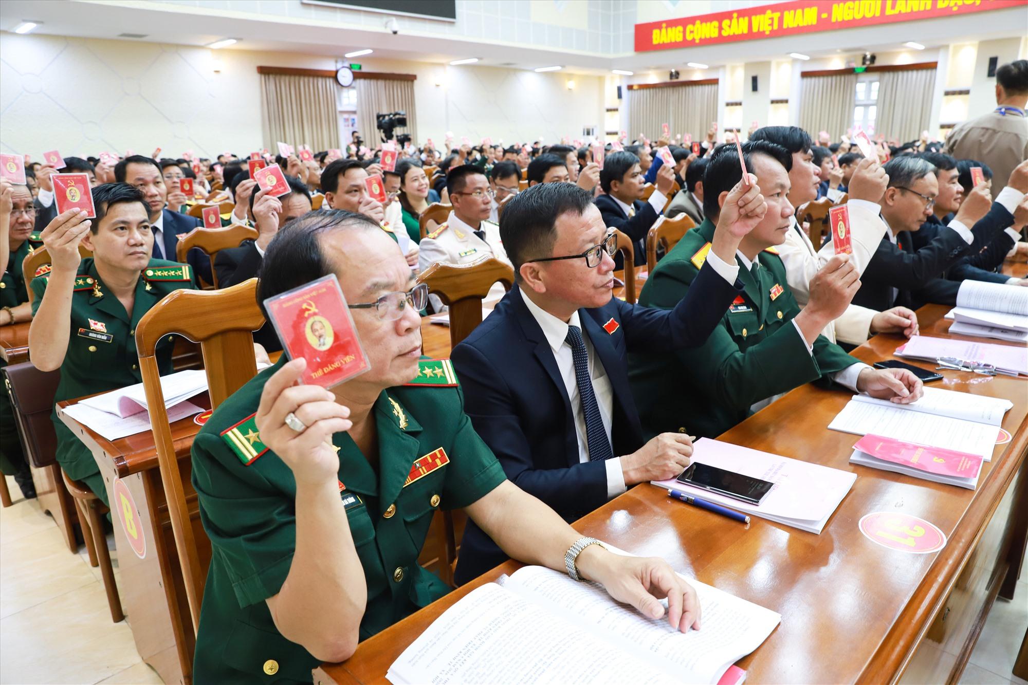 Đại biểu dự đại hội cũng đã biểu quyết thông qua chương trình đại hội phiên chính thức. Ảnh: Đ.C