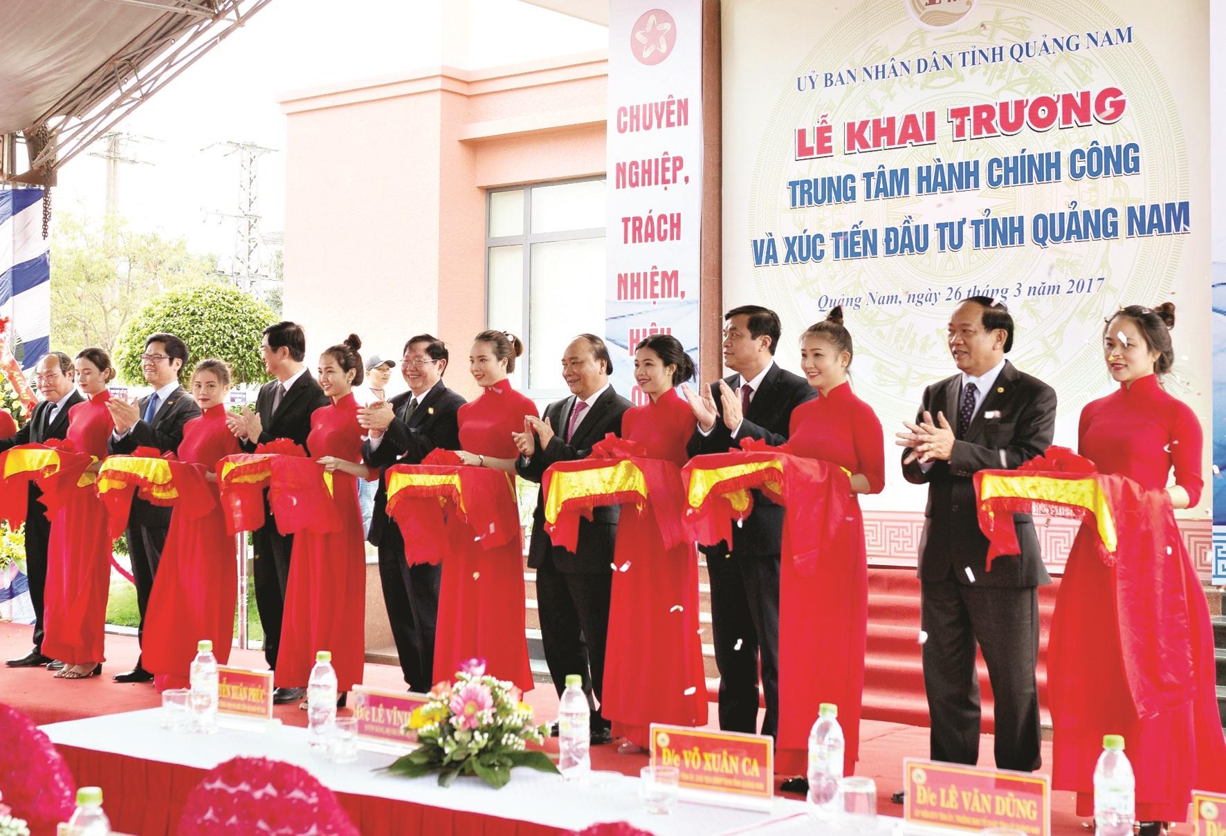 Thủ tướng Chính phủ Nguyễn Xuân Phúc dự lễ khai trương Trung tâm Hành chính công tỉnh ngày 26.3.2017. Ảnh: TTHCC