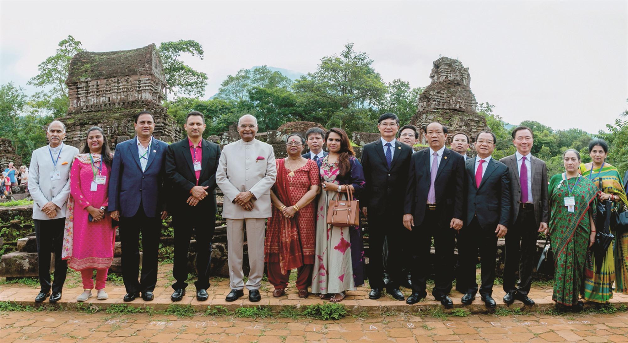 Tổng thống Ấn Độ Ram Nath Kovind thăm Mỹ Sơn và chụp hình lưu niệm với lãnh đạo tỉnh Quảng Nam vào tháng 11.2018. Ảnh: LÊ TRỌNG KHANG