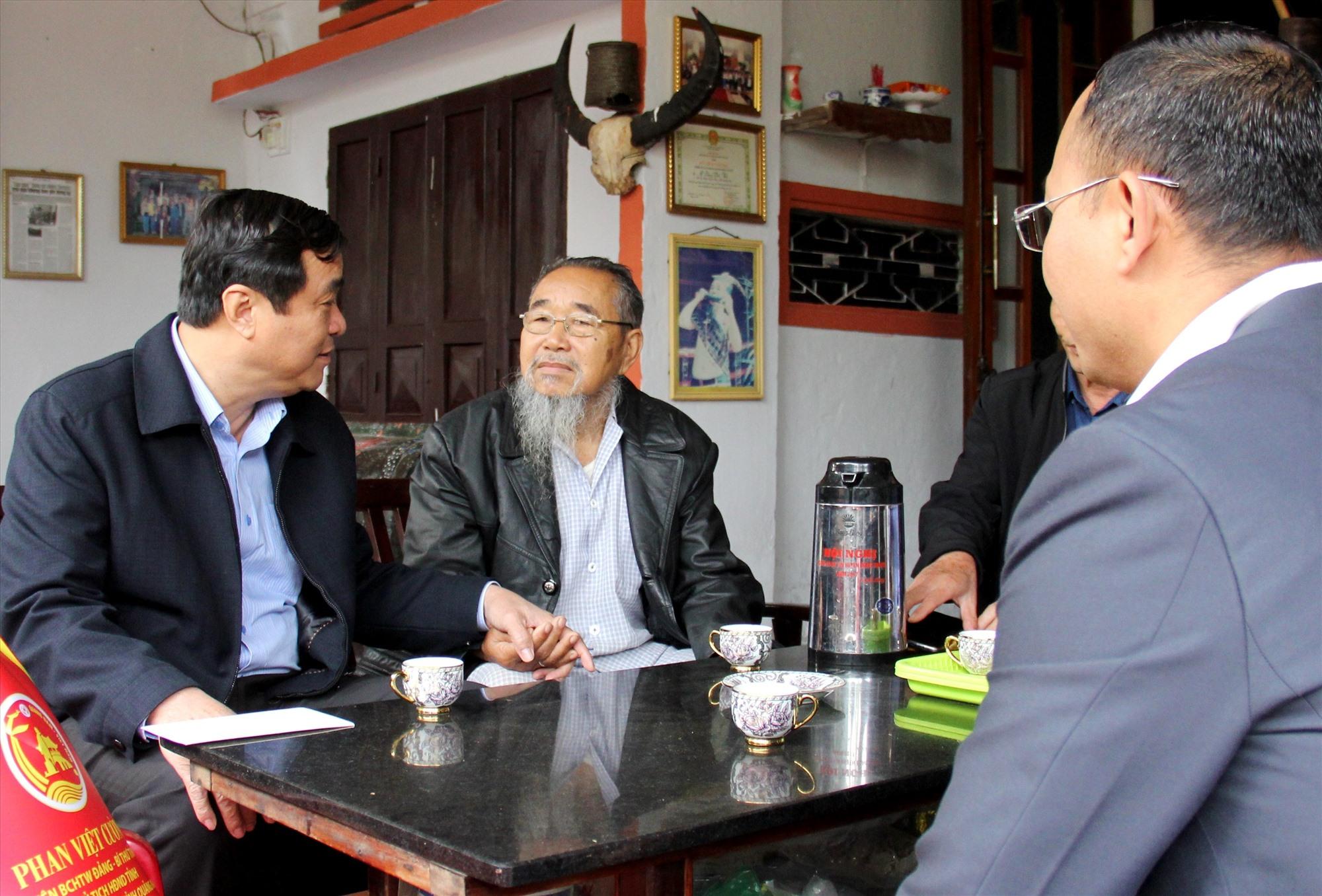Đồng chí Phan Việt Cường - Bí thư Tỉnh ủy thăm hỏi các đồng chí lão thành cách mạng miền núi.