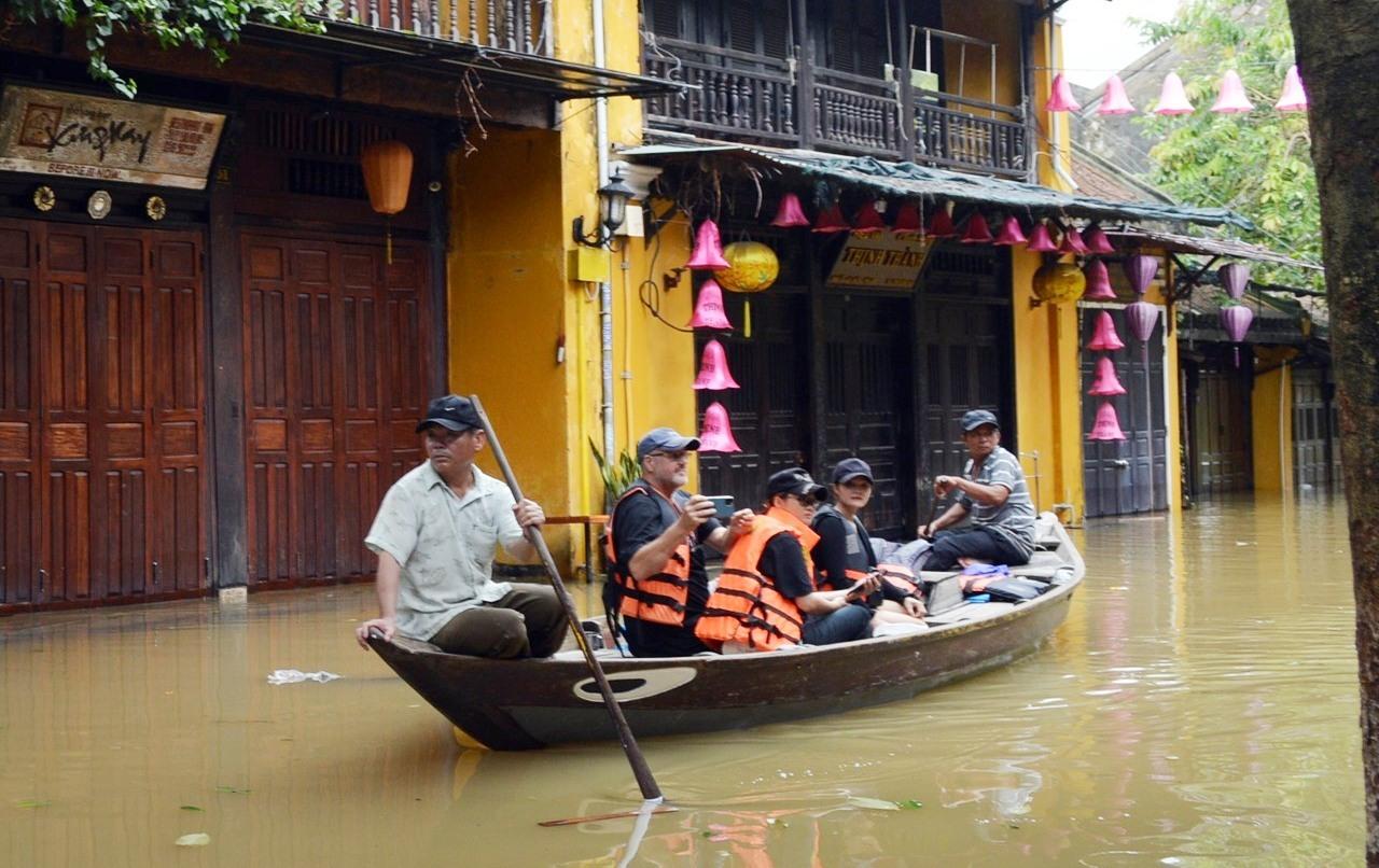 Đưa khách tham quan phố cổ bằng thuyền giúp một số hộ dân có thêm thu nhập mùa mưa lũ.