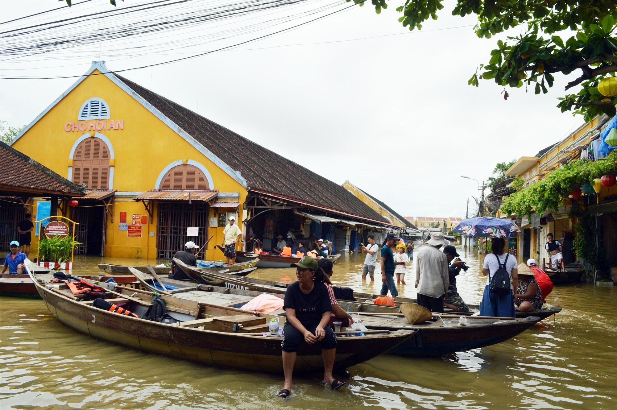 """Một """"bến thuyền"""" du lịch Hội An mùa lụt."""