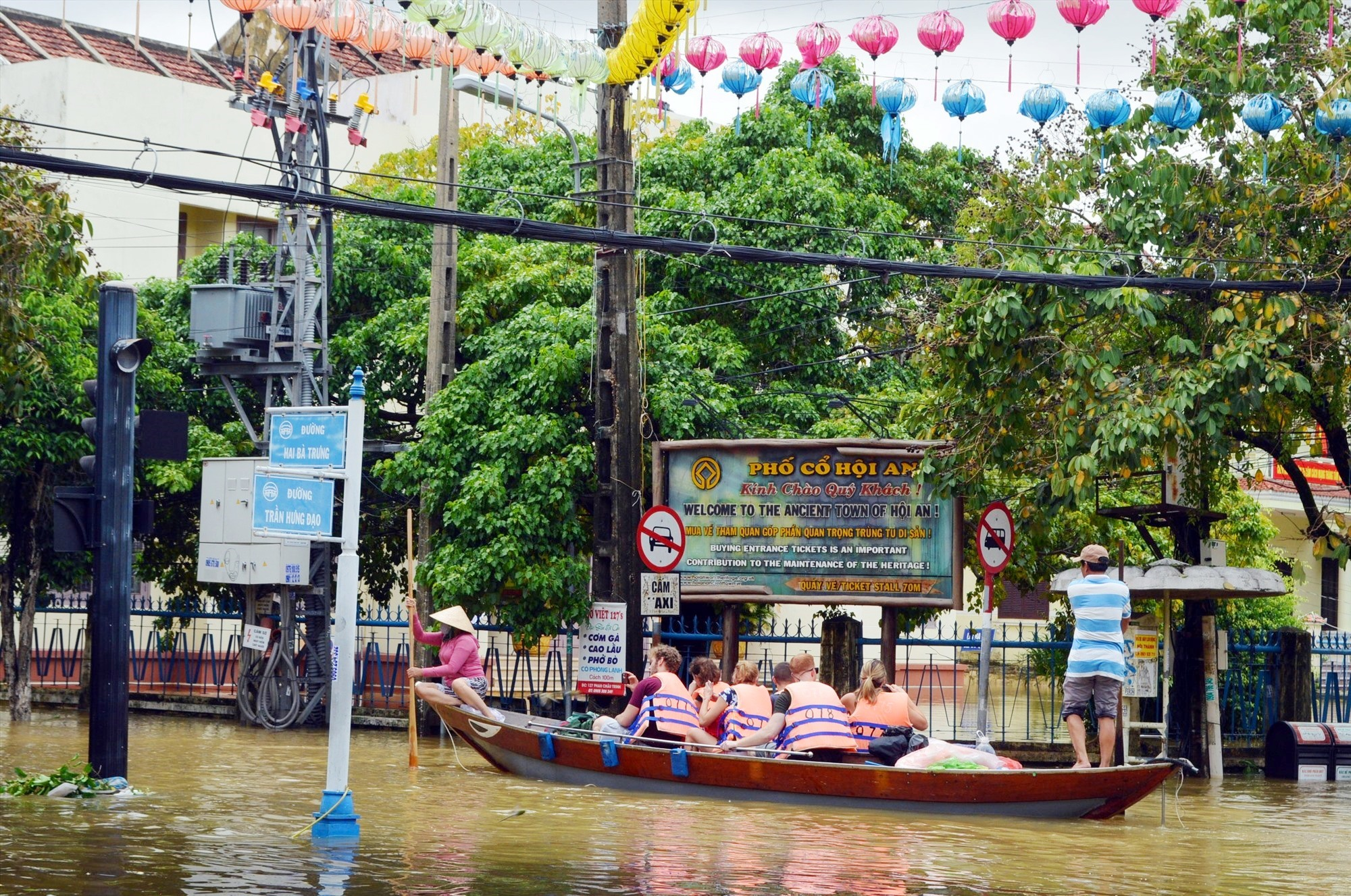 Du khách tham quan Hội An bằng thuyền.