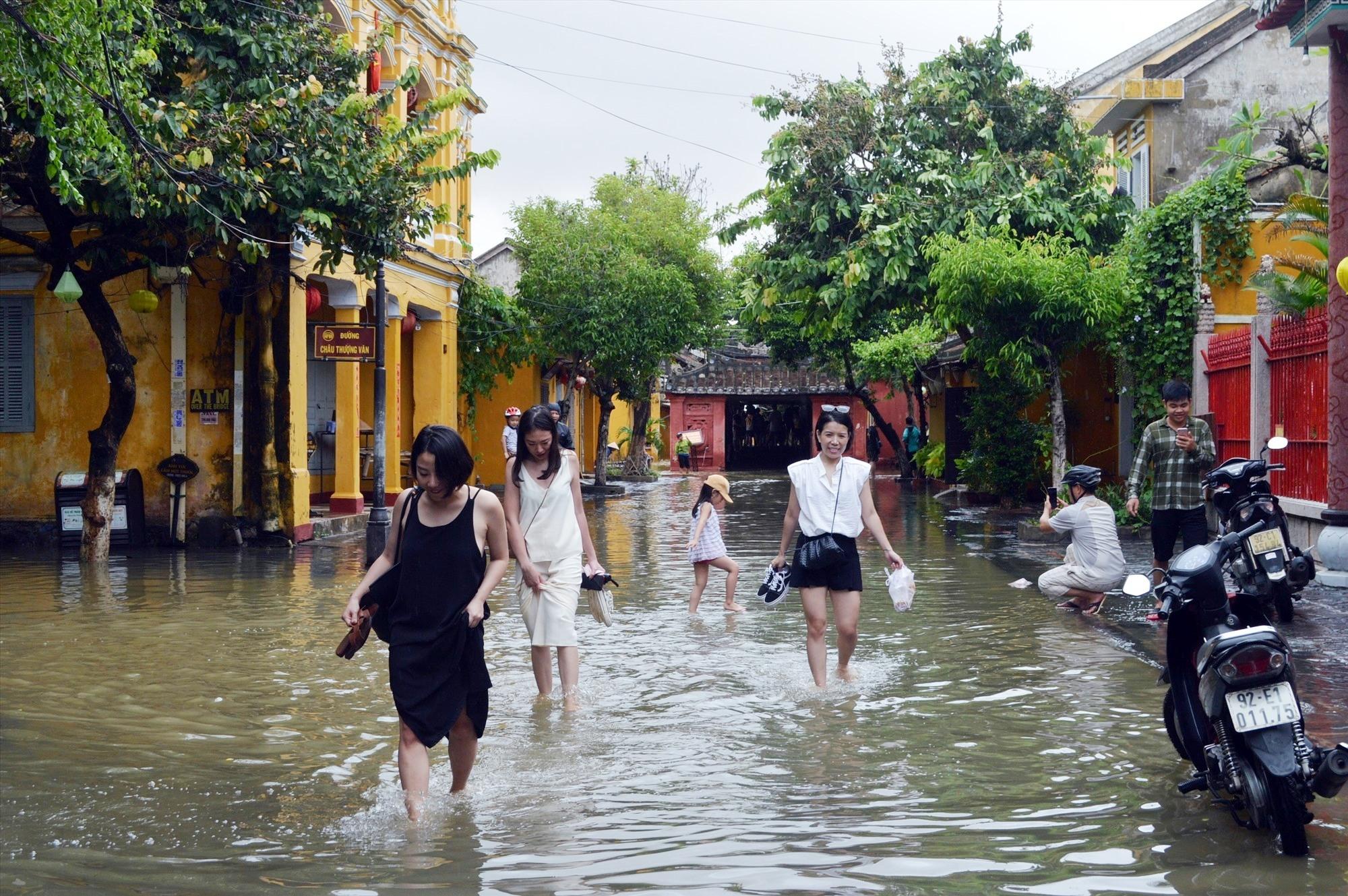 Du khách nước ngoài phấn khích trải nghiệm phố cổ mùa lụt