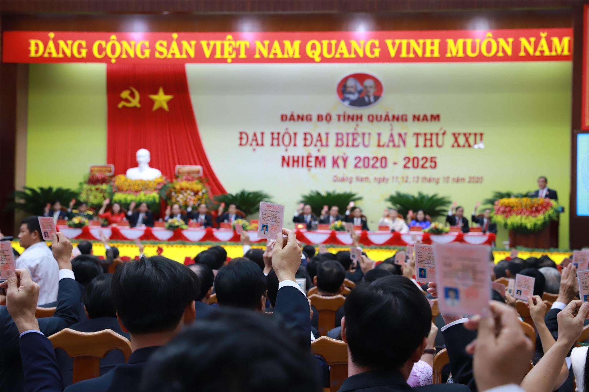 Đại hội biểu quyết thống nhất với đề án nhân sự do Ban Chấp hành Đảng bộ tỉnh khóa XXI trình.