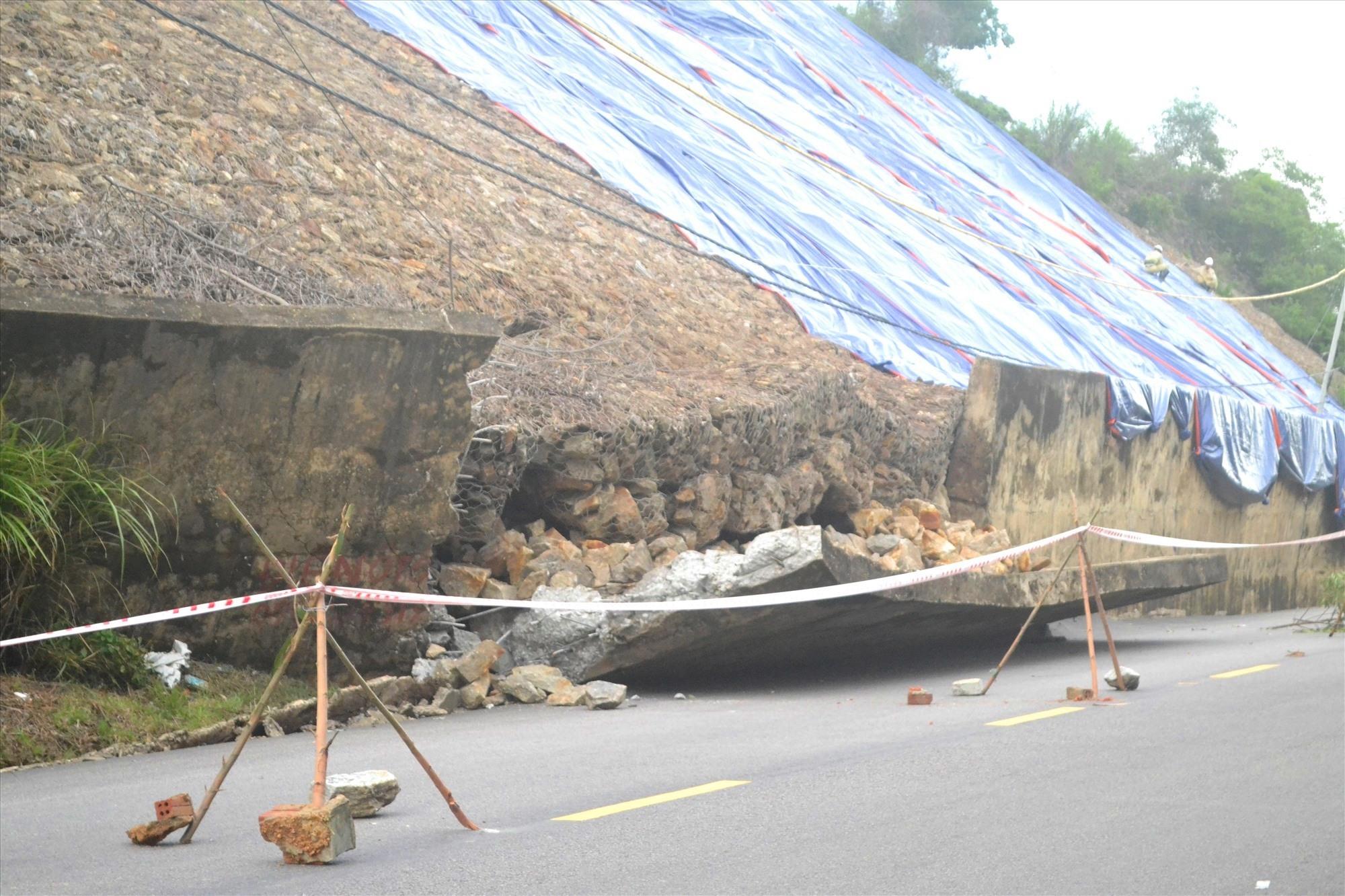 Tường chắn và mái taluy đường tại lý trình km44+900 của QL14B bị ngã đổ. Ảnh: CT