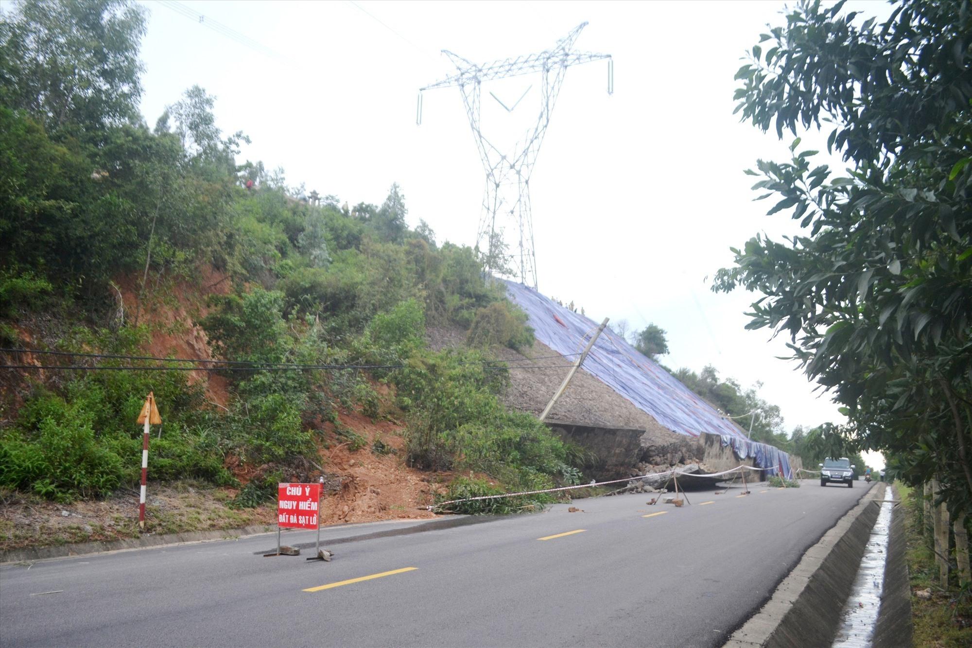 Cảnh báo nguy hiểm đoạn sạt lở tường chắn trên QL14B, đoạn qua địa bàn xã Đại Quang (Đại Lộc). Ảnh: CT