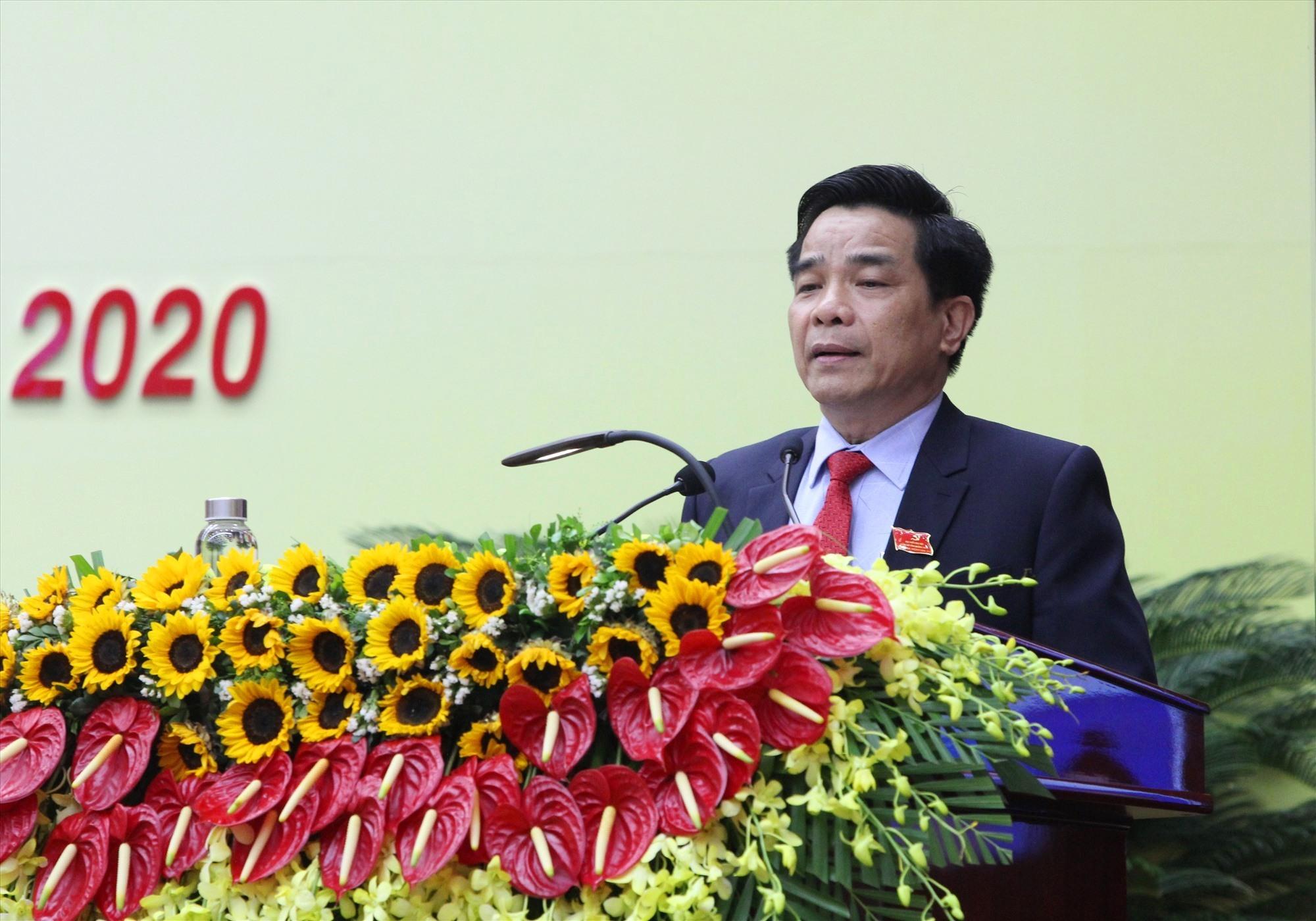 Đồng chí Lê Văn Dũng báo cáo kết quả hội nghị lần thứ nhất của Ban Chấp hành Đảng bộ tỉnh khóa XXII. Ảnh: PV