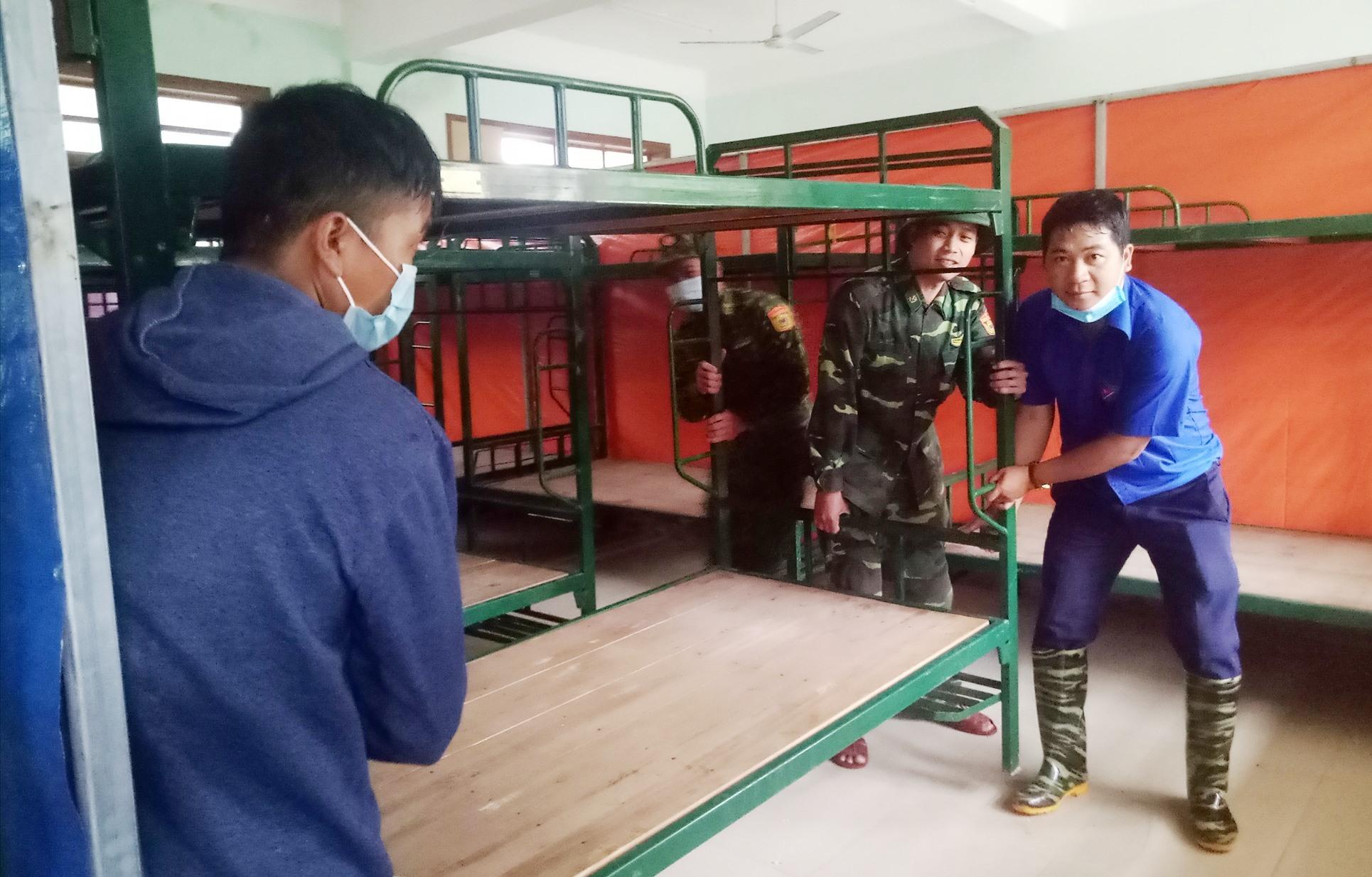 ĐV-TN giúp di dời cơ sở vật chất phục vụ việc ăn ở của học sinh trường THPT Võ Chí Công