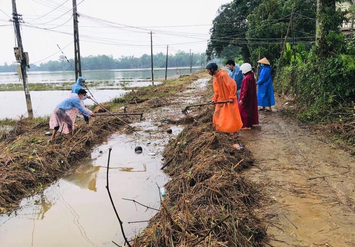 Thanh niên Phú Ninh giúp dân khơi thông các tuyến kênh nội đồng. Ảnh: H.C