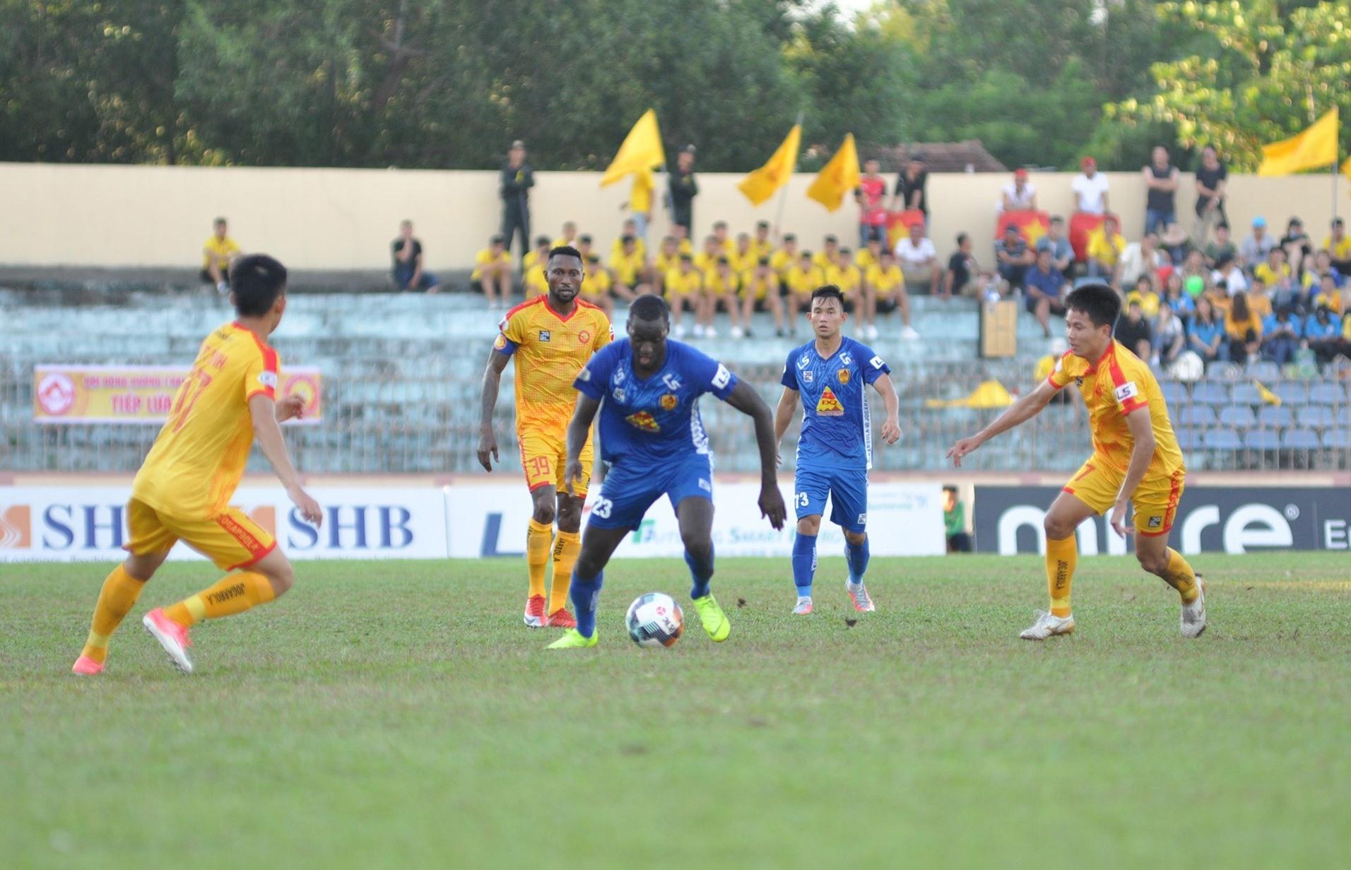 Trận đấu giữa Quảng Nam và Thanh Hóa bao giờ cũng diễn ra hấp dẫn và quyết liệt. Ảnh:A.Nhi