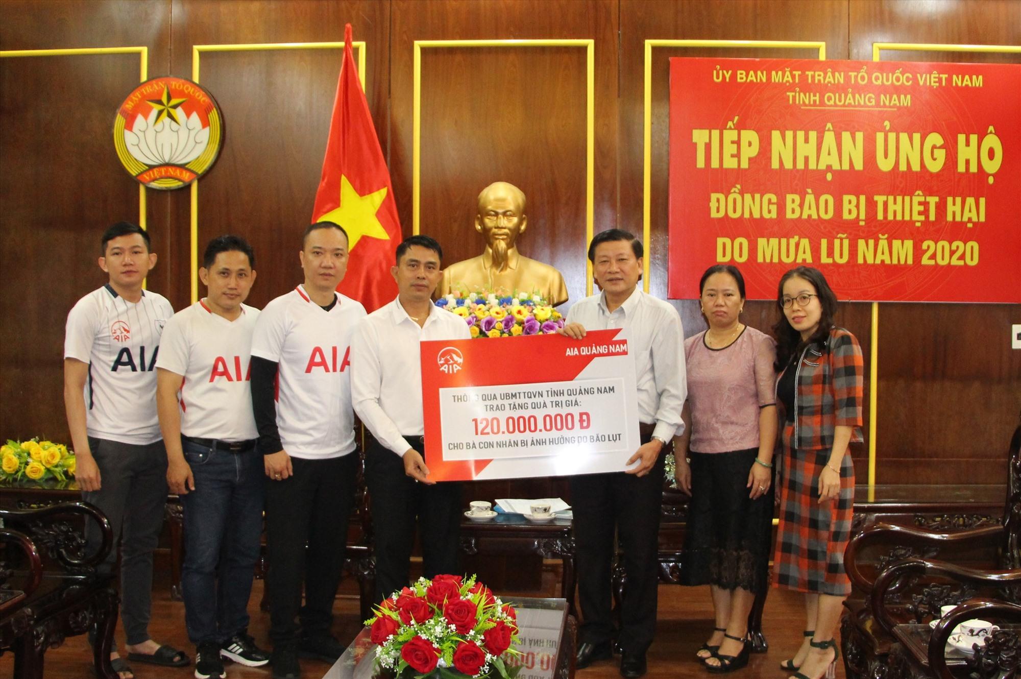 Bảo hiểm AIA trao quà ủng hộ người dân vùng lũ. Ảnh: CTV
