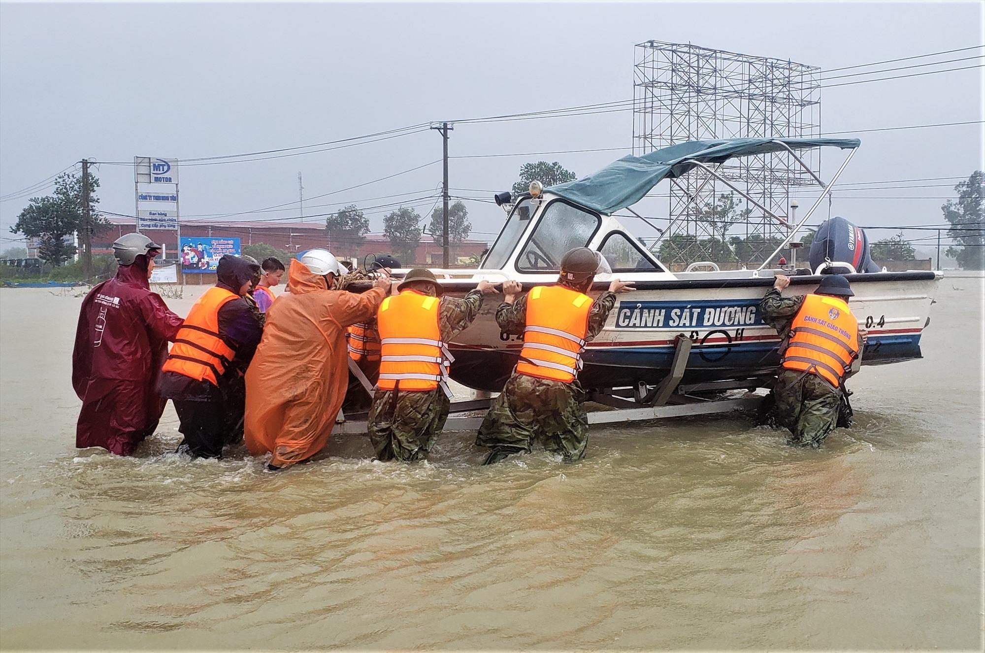 Công an huyện Phú Ninh đưa ca nô sơ tán dân. Ảnh: L.T