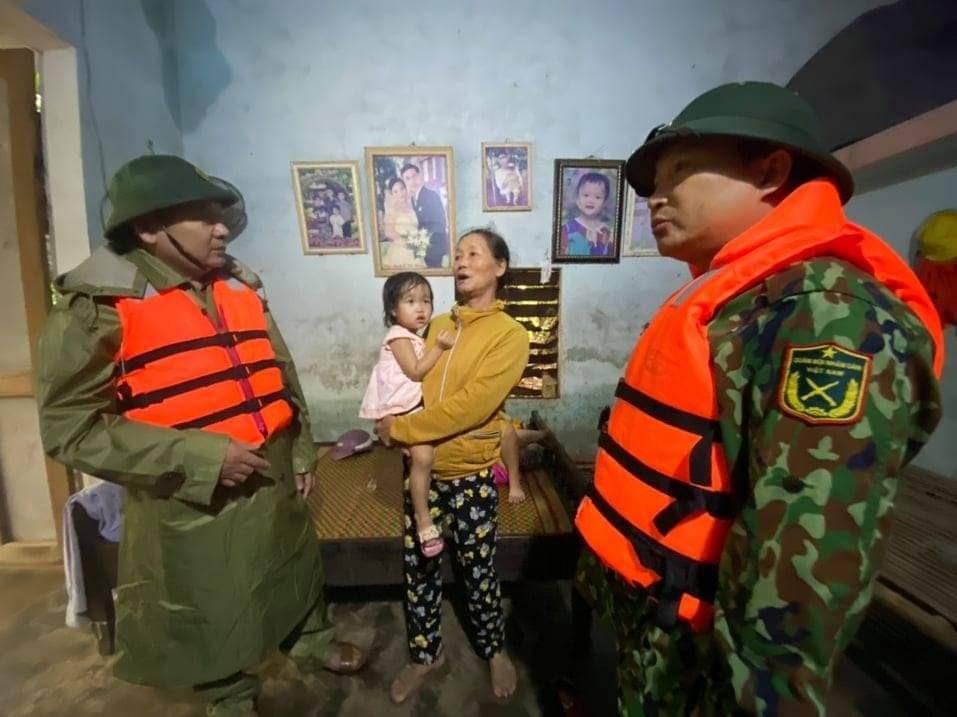 Lực lượng quân sự động viện người dân trong mưa, lũ. Ảnh:  L.T