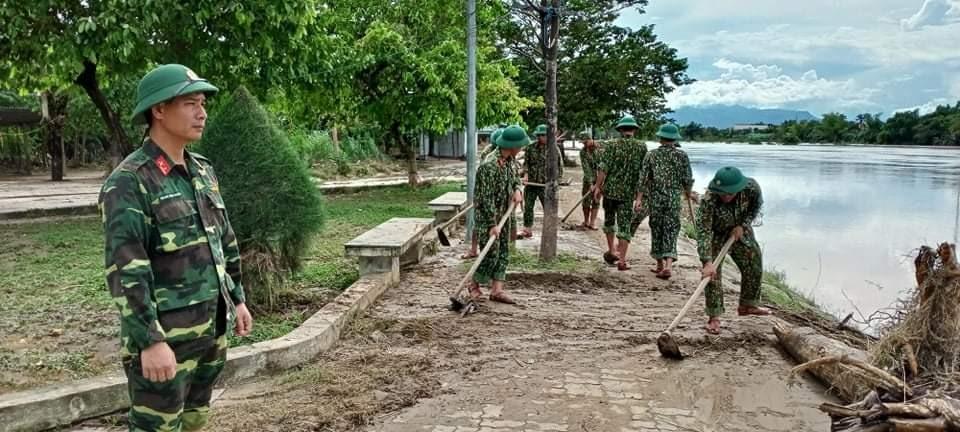 Lực lượng quân đội giúp dân dọn lũ. Ảnh: L.T