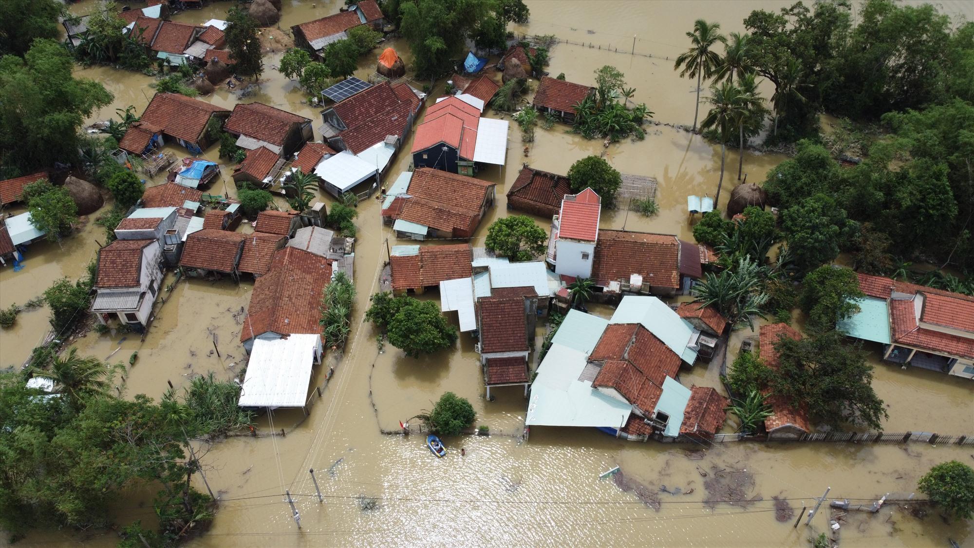 Hàng nghìn ngôi nhà ở Quảng Nam chìm trong lũ dữ. Ảnh: L.T