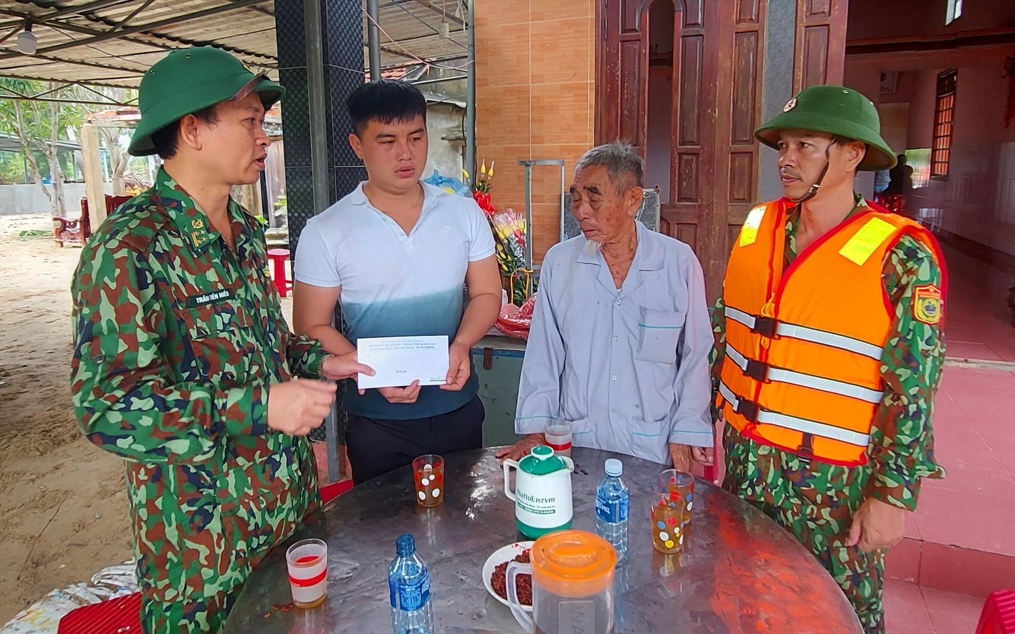 Đại tá Trần Tiến Hiền – Phó Chỉ huy trưởng BĐBP tỉnh trao tiền hỗ trợ cho gia đình ông Nguyễn Diệp. Ảnh: HỒNG ANH