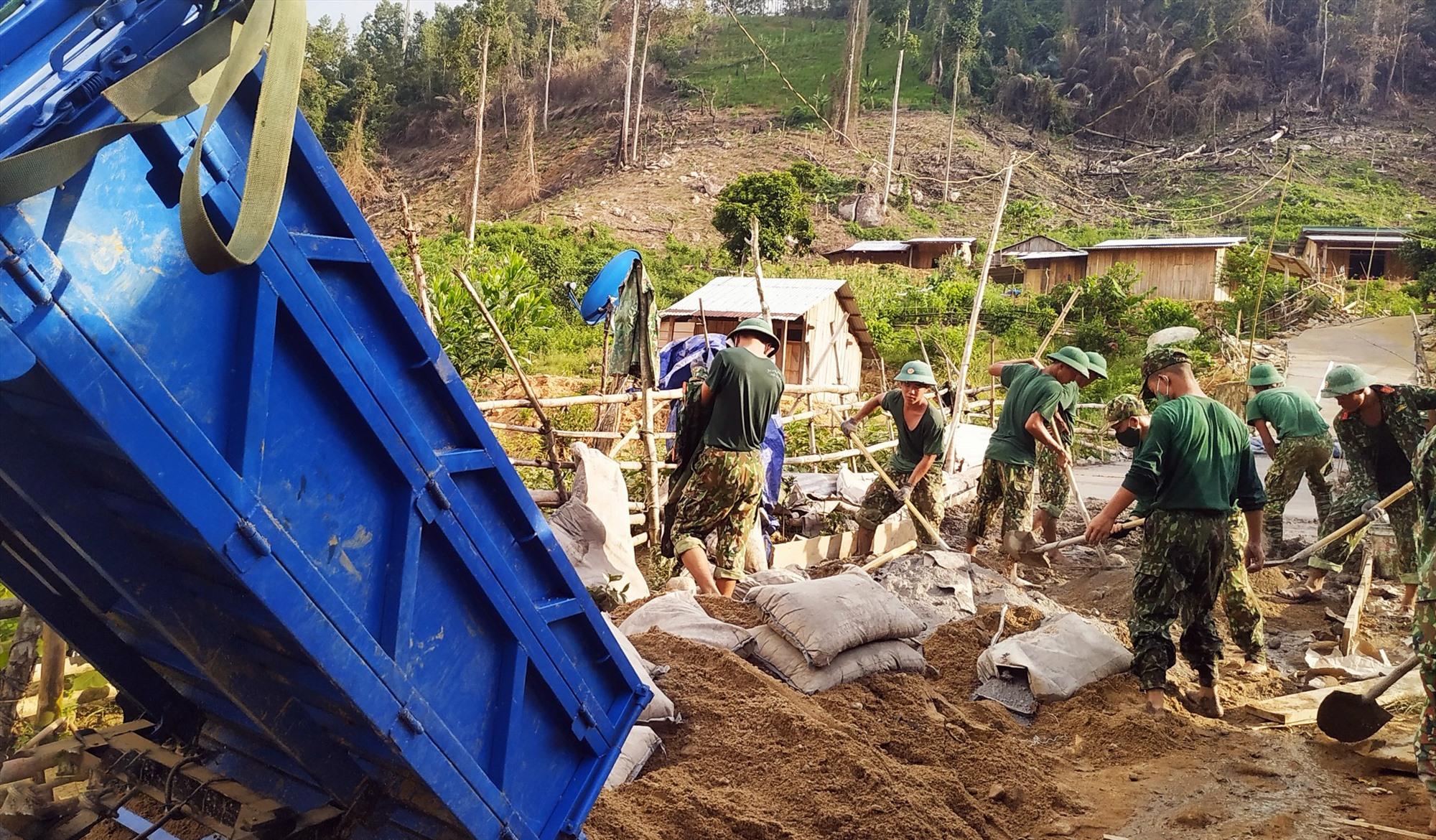 Từ phong trào dân vận khéo của chính quyền, người dân tình nguyện hiến hàng ngàn mét đất, ngày công, cùng với bộ đội mở đường vào làng.