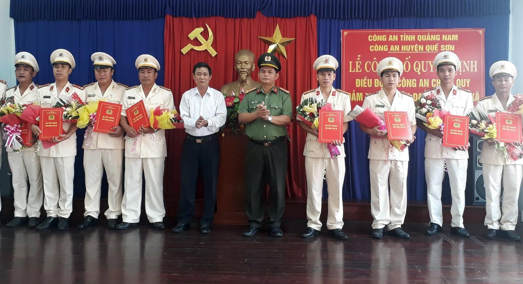 Công an huyện Quế Sơn tổ chức lễ trao quyết định điều động lực lượng công an chính quy về xã. Ảnh: T.P