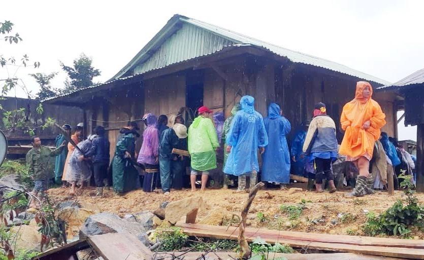 Đoàn viên thanh niên vận chuyển nhà giúp người dân đến nơi an toàn.