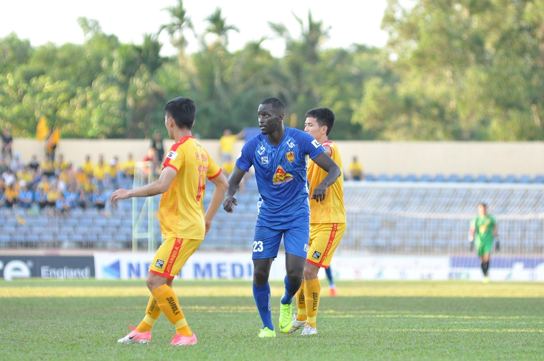 Kebe (áo xanh) sớm có bàn thắng trước cho Quảng Nam. Ảnh: T.VY