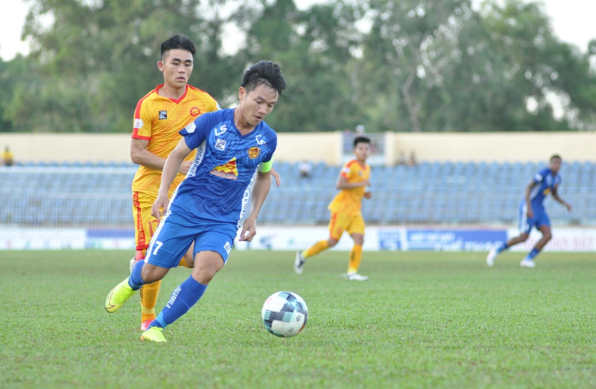 Đội trưởng Thanh Trung rất nỗ lực song không thể giúp Quảng Nam có điểm trên sân Thanh Hóa. Ảnh: T.VY